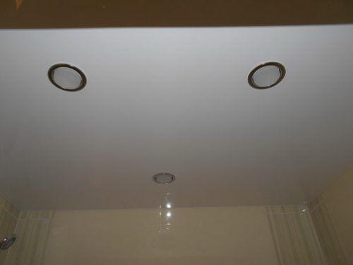 Натяжной потолок с светильниками