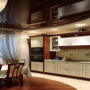 Черные глянцевые натяжные потолки на кухне