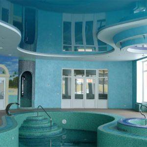 Многоуровневые натяжные потолки в бассейне