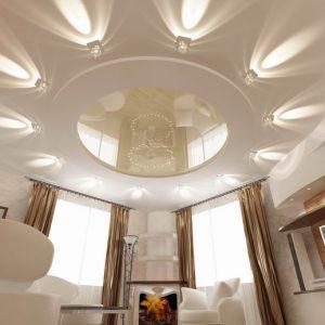 Резные натяжные потолки в гостиной